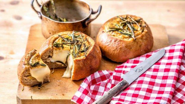 Vydlabaný mini chléb zapečený s hermelínem