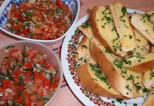 2x jinak rajský salát s česnekovou bagetou nebo toustem  Recepty ...