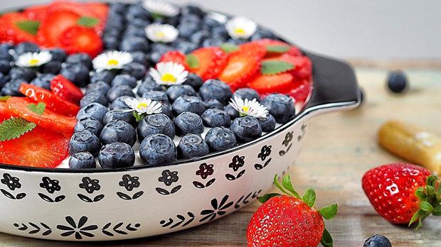 Piškotový dezert s krémem a ovocem