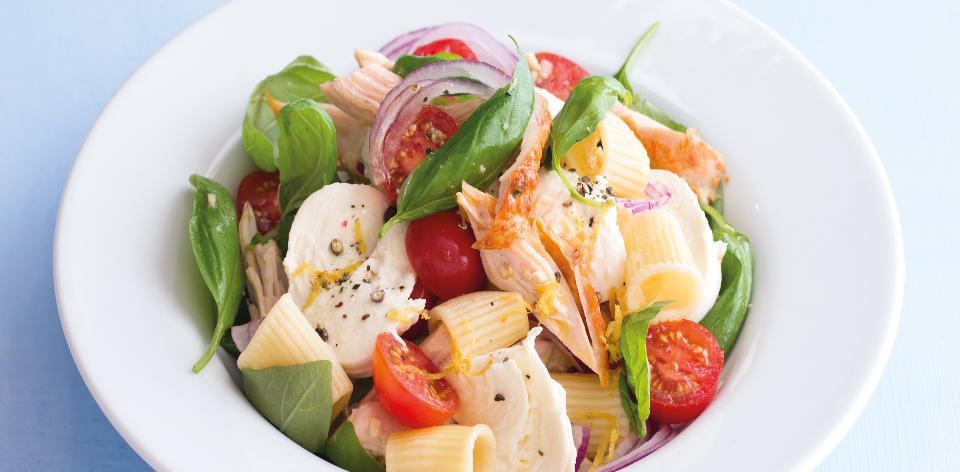 Těstoviny s kuřecím masem, rajčaty a mozzarellou