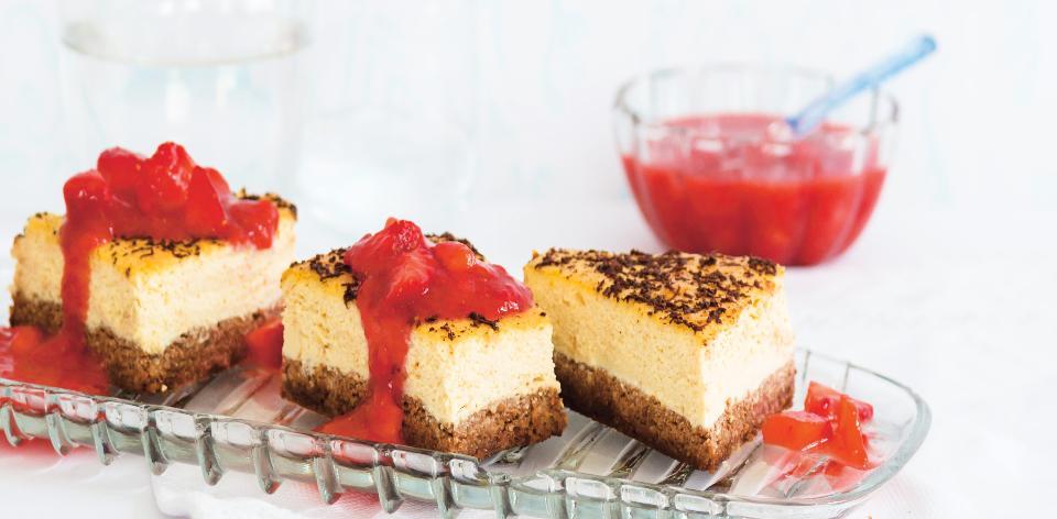 Kokosový cheesecake s kakaovým korpusem a jahodami