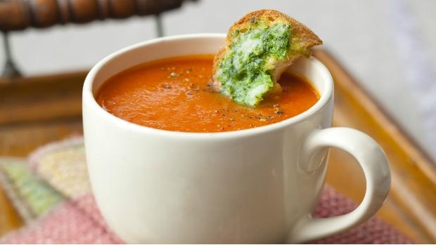 Polévka z rajčat a červené papriky s krutony s pestem