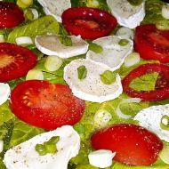 Salát ze špenátu, kozího sýra, jarní cibulky a rajčat recept