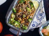 Soba nudle s brokolicí, ořechy a tempehem recept