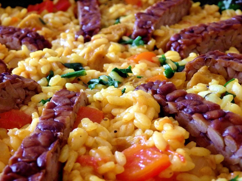 Paella se seitanem a uzeným tempehem recept
