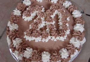 Dvoubarevný smetanový piškotový dort