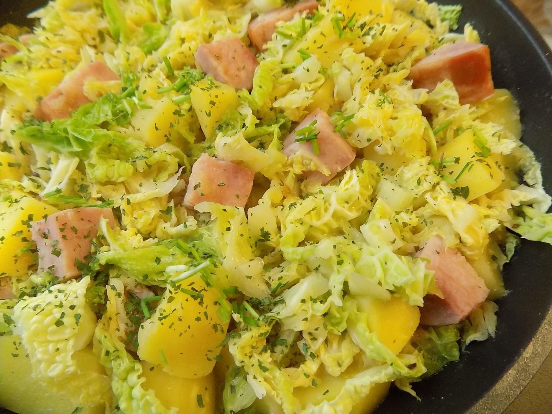 Kapustová pánev s bramborami a uzeným recept