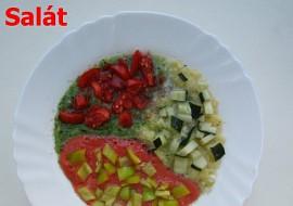 Sladký zeleninový koktejl (salát) s kousky paprik, rajčat a okurek ...