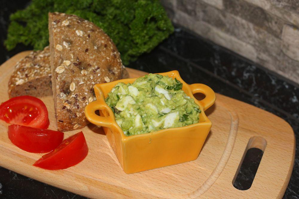 Avokádová pomazánka s vejci a jarní cibulkou recept