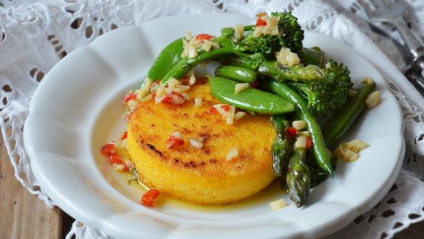 Polentové koláčky s dušenou zeleninou