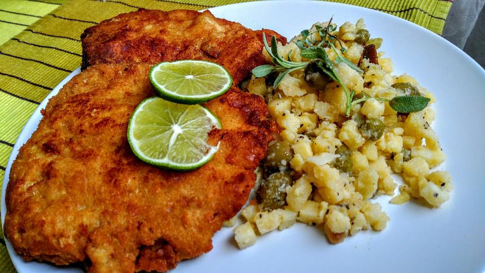 Krůtí a vepřové řízky se salátem recept