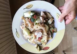 Těstovinový salát s kuřecím a cuketou recept