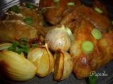 Mexická kuřecí křídla pečená na bramborách s cibulí a česnekem ...