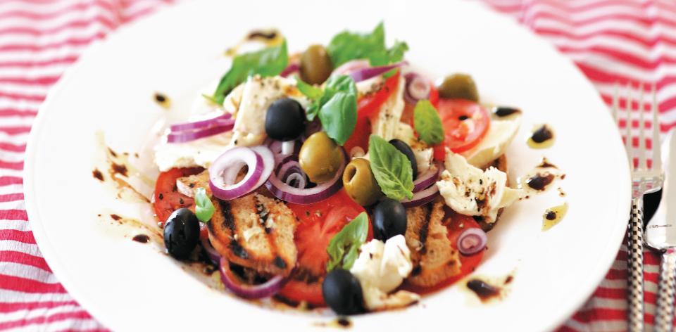 Zeleninový salát s olivami a mozzarellou