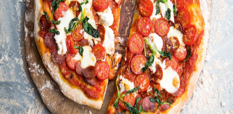 Domácí pizza se salámem a rajčaty