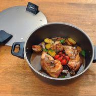 Kuřecí stehna pečená v remosce s mini brambůrkami, cherry rajčaty ...