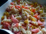 Těstovinový salát se sýrovou omáčkou, zeleninou a šunkou recept ...