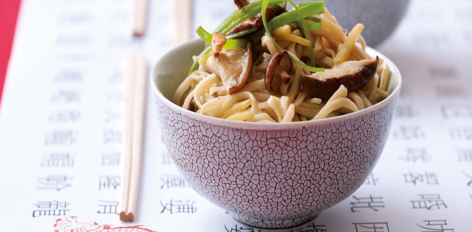 Čínské nudle se zázvorem, houbami a sojovou omáčkou