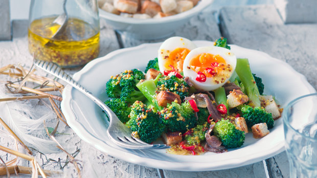 Pikantní salát z brokolice a vajec s ančovičkami