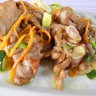 Vepřové plátky s cuketou a rýžovými nudlemi recept
