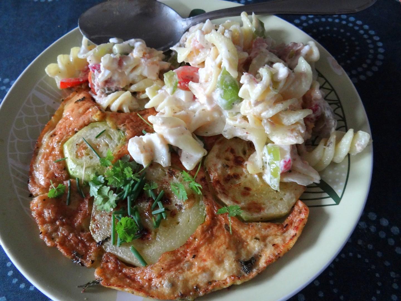 Cuketová omeleta s těstovinovým salátem recept