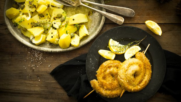 Smažená vinná klobása s bramborovým salátem