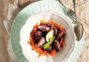 Salát z grilované cibule a mrkve
