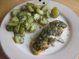 Losos pečený s česnekem a bazalkovým pestem podávaný s ...