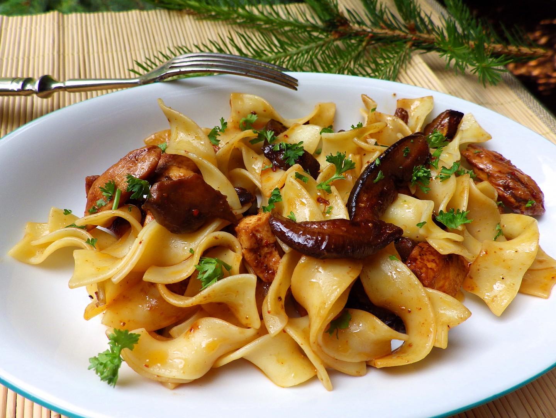 Nudle s kuřetem a lesními houbami recept
