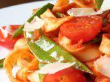 Domácí tagliatelle s cukrovým hráškem a rajčaty recept ...