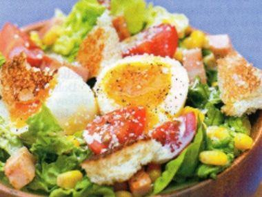 Salát zeleninový s kuřecím masem a vejci