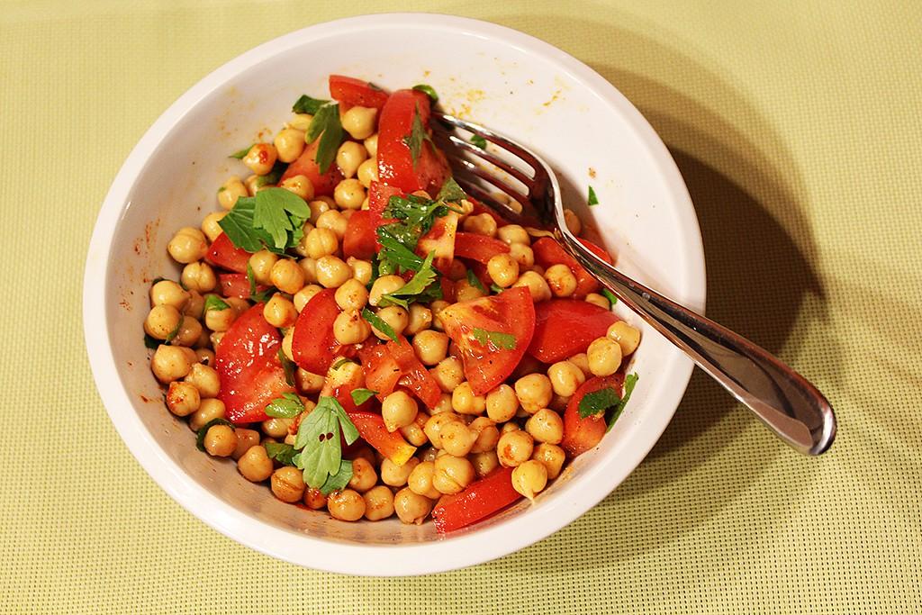 Rychlý cizrnový salát s rajčaty recept