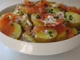Lehký salátek z ranných brambůrek s uzeným lososem recept ...