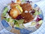 Smažený tuňák v listových salátech a pečenými brambory recept ...