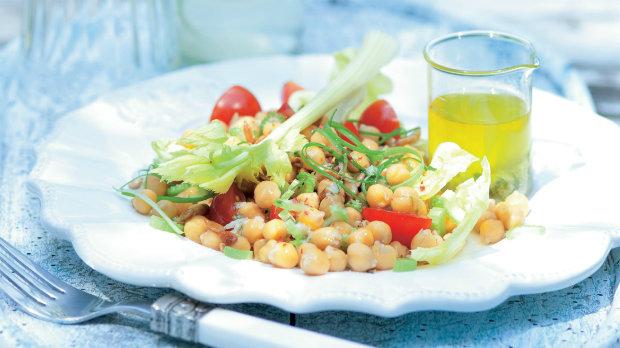 Letní cizrnový salát s bylinkami