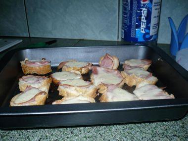 Zapečené chlebíčky se sýrem a šunkou:)