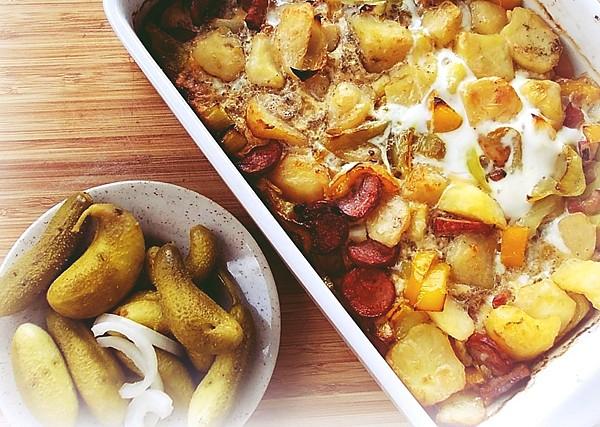 Zapečené brambory s klobásou a slaninou recept