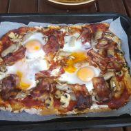Pizza se slaninou a vejci recept