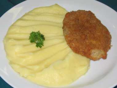 Sekaný vepřovo-celerový řízek s bramborovou kaší