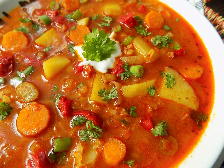 Zeleninový guláš s červenou čočkou recept