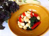 Teplý fazolový salát s kadeřávkem a rajčaty recept