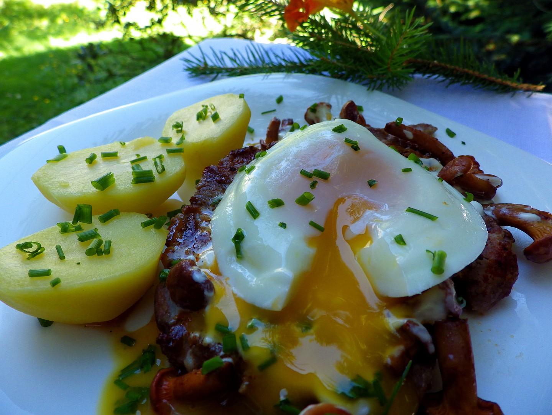 Krkovička se smetanovými liškami a ztraceným vejcem recept ...
