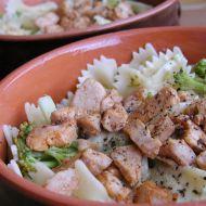 Těstoviny s kuřecím masem a brokolicí recept