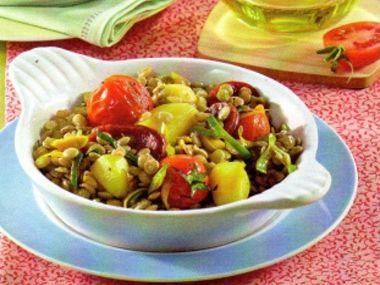 Čočkový salát s klobásou a pórkem