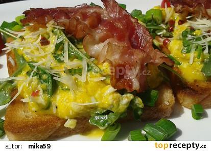 Míchaná vejce s rukolou a slaninou recept