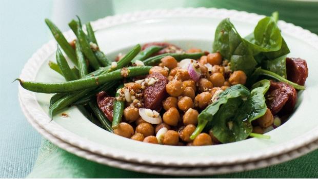 Salát se špenátem, klobáskou, cizrnou a zelenými fazolkami | Prima ...