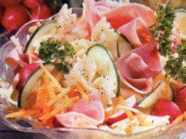 Těstovinový salát se šunkou a sýrem