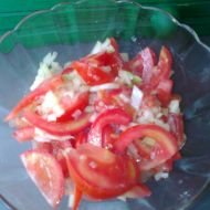Rajčatový salát s cibulí a citronem recept
