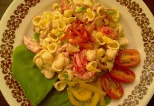 Těstovinovo-zeleninový salát s osmaženou uzeninou