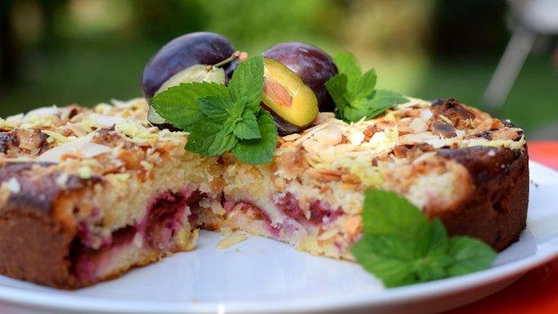 Voňavý švestkový koláč s mandlovými lupínky